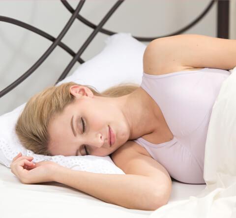 眠る女性の写真